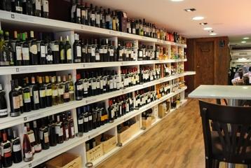 La Bodegueta de Sant Vicent - Estantería productos y mesas