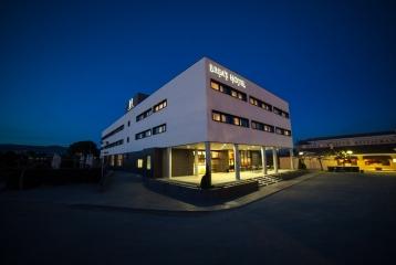 Breas Hotel **** - Vista nocturna Entrada Hotel