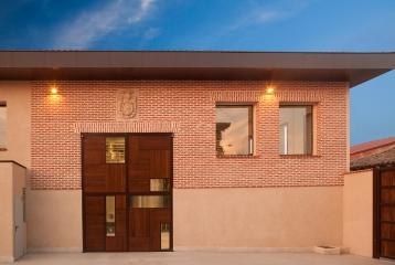 Bodega Campo Eliseo - En el interior de la casa el visitante encontrará una edificación de nueva construcción que se integra en la historia del lugar y su estilo castellano. Se trata de la bodega moderna, donde se realizan los primeros pasos del procesado.
