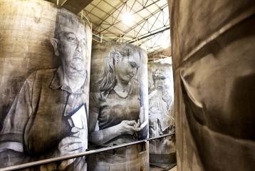 Intervención artística del muralista australiano Guido van Helten en los antiguos depósitos de las bodegas.