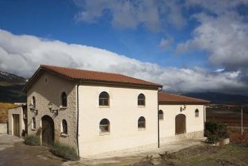 López Oria se ubicada en una zona emblemática de Rioja, a pie de viña, pero a pocos minutos del centro de Laguardia.