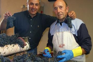 Luis (dcha) y Juan Luis Cañas (izda) , padre e hijo en la mesa de selección