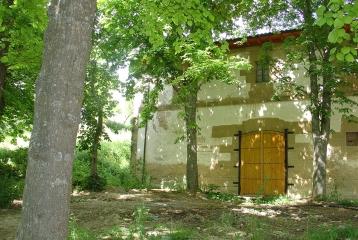 Hacienda El Ternero - Bodega, acceso posterior. Significativamente rodeada de castaños, para procurarle la sombra necesaria.