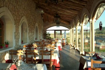 Bodegas Arzuaga Navarro - Terraza con vistas a los viñedos