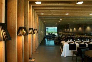 Bodegas Regalía de Ollauri-Marqués de Terán - Salón del restaurante con vistas a la sala de barricas