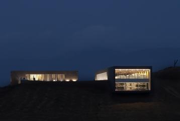 Impresionante vista nocturna de la fachada de la bodega