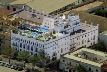 Se alza sobre una antigua casa palacio de la cual mantiene la fachada.