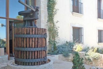 Prensa manual de vino en la entrada