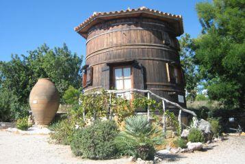 Centro de Interpretación del Vino y la Tonelería Artesana - Gran tina de madera. Exposición de productos