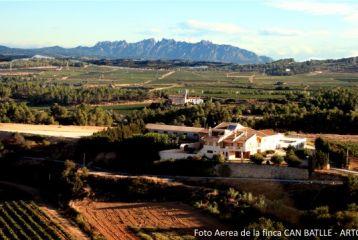Can Batlle está en el corazón del Penedés con vistas provilegiadas a Montserrat y los Pirineos. Foto tomada desde el aire.