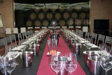 Bodegas Hacienda del Carche - Salón para eventos con mesa de catas preparada