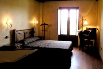 Kinedomus Bienestar - Decoración de una de nuestras habitaciones con bañera artesanal hecha con un tonel
