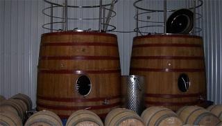 Barricas donde fermentan los vinos de Quinta Mazuela