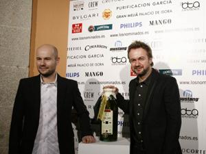 David y Tristán Ulloa con su botellón de aceite