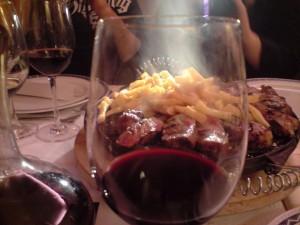 El chuletón visto a través de la copa de vino