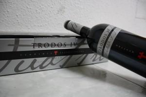 Botella de Trodos IV apoyada sobre su caja