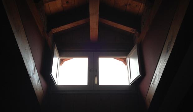 Ventana en el techo abuhardillado