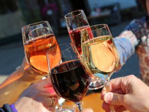 personas brindando con vinos