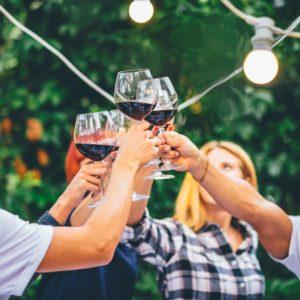 brindis con vino en utiel-requena