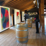 Entre cuadros en la visita a Bodega Otazu