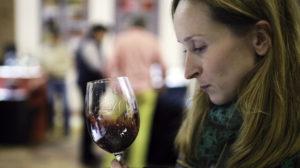mujer en una cata de vinos D.O Utiel-Requena