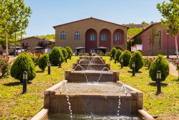 fachada y jardin de la bodega en zaragoza